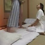 これもサービスのうち!?旅館の出張マッサージのお姉さんが客のチンポにしゃぶりついている。