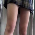 【電車内JK盗撮】誰かが電車内でガチ制服JKのエロ太もも、生脚をスマホで盗撮した映像!太もも見るだけで股間が反応フル勃起!10代の生脚って反則ですよ・・・