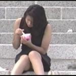 【水平パンチラ盗撮part9】ベンチや地ベタに座る女性の股、エッチな太ももの先に見える三角形▼のパンツ。その名をデルタパンチラと呼ぶ!魅惑のスカート内デルタゾーンパンチラを覗き見せよ!