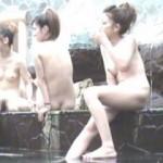 【温泉スパランド盗撮】露天風呂コーナーで友達とお喋りをする女の子。雰囲気的キャバ嬢!?無防備に大股開きでマンコが・・・。このサムネイルのアングルが最高の見所かもしれません。エロ過ぎて勃起不可避かw