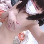 【ライブチャット流出無修正】レンタルルームでパイパンマンチラ!桐谷美●ちゃん風メイクのギャルが指でワレメを隠しながらエッチ配信。指がずれてマンコが見えるハプニング有り。
