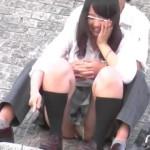【公園JKパンチラ盗撮】彼氏とペッティング中にパンツ見えまくり!?放課後公園でイチャつく高○生カップルをズームカメラで隠し撮り。女の子は生理中なのか・・・アソコ部分に注目!