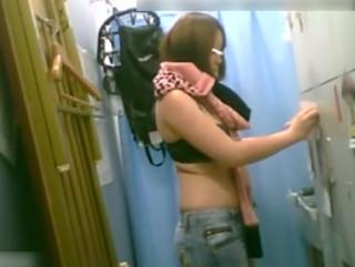 【バイト更衣室盗撮】エロ店長は盗撮魔!?アルバイト女子の着替えを隠し撮り!派手な格好のギャルが服を脱いでブラジャー下着姿に。覗いてる感がすごい映像です。【ShareVideosエロ動画】