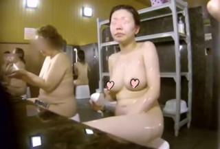 【銭湯大浴場盗撮】女湯をピンホールカメラで覗く!女盗撮師が洗い場で巨乳人妻さんの真横に座りカラダを舐めるように隠し撮り。相変わらずガチ感がすごいお風呂潜入モノ。【ShareVideosエロ動画】