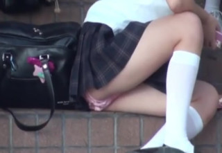【抜けるJKパンチラ盗撮】放課後JKの溜まり場に盗撮魔がこっそり潜入。階段に座り込むロリロリJK達のパンツを根こそぎ盗撮。超ミニスカなのにだらしない格好をするからパンチラしまくり。【Pornhubエロ動画】