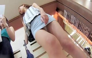【美女パンチラ盗撮1】タイトミニから伸びるエッチな美脚生脚。ハーフ系女子大生JDのスカートを前回に引続きひたすら逆さ撮り。エッチな脚を見ているだけで股間がムラムラ・・・。【Pornhubエロ動画】