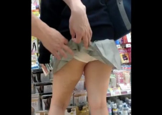 【制服JKパンチラ盗撮】援交してそうなヤリマンJKに問答無用の制裁!店内で豪快にスカートめくり!鬼畜盗撮師「神童さん」のギャルJKアソコ丸出しスカートめくり映像。【ShareVideosエロ動画】