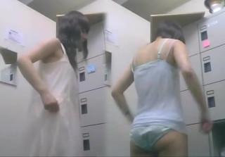 【更衣室着替え盗撮】顔出し有。某事務所の更衣室に隠しカメラが!可愛い女の子JDが下着パンツ姿から私服へ。どこのお店or会社なんでしょうか・・・色々妄想しながら見るも良し。【ShareVideosエロ動画】