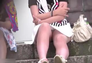 【地べたパンチラ盗撮】階段に座るJKのお股にスマホカメラズーム!無防備にスカートぺろりん。逆さ撮りに飽きたら対面パンチラの世界へ!思春期まっさかり10代の無邪気なパンチラ映像。【ShareVideosエロ動画】