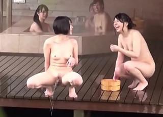 【露天風呂おしっこ盗撮】修学旅行生に人気の京●の某旅館。女の子同士で超悪ノリ、おまんこを見せ合い大股開きで放尿する少女達。SNS世代のバカ女子は友達と悪ノリすることが大好き♪【XVIDEO動画】