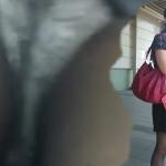 【駅パンチラ盗撮】本編顔出し。テカテカ光る黒ストに透けて見えるパンティ。エスカレーターでスカートめくり実行!?っと思いきや今回は逆さ撮りのみ。盗撮師「キューブ」さんの限定作より流出。