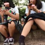 【神パンチラ盗撮】顔出しズーム!地べたに座り込むウブロリJK少女達の股間を対面から隠し撮り!風景を撮っていたら偶然写ってて…盗撮魔がそんな言い訳をしそうなリアル映像。撮った奴誰だ!