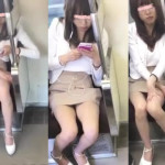 【盗撮パンチラ】電車内で水平パンチラを楽しむ!美脚の綺麗なお姉さんキャバ嬢!?を狙い撃ち。スマホを見て暇そうにしてるギャルは股間が無防備。リアルな電車内パンチラ映像です。