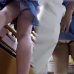 【本屋パンチラ盗撮】テカテカの綺麗な生足が眩しい!立読み中のJDに近づきスカートめくり。逆さ撮りだけでは満足できなかったのか・・・!?スカートを手でめくり上げる行為は危険過ぎるw