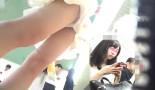 【駅パンチラ逆さ撮り】可愛い顔出しチラ!夏は肌を露出したギャル盗撮し放題!?ミニワンピのアイドル系美少女を追っかけパンツ逆さ撮り!電車内でかわいい顔が一瞬チラッと見えます。